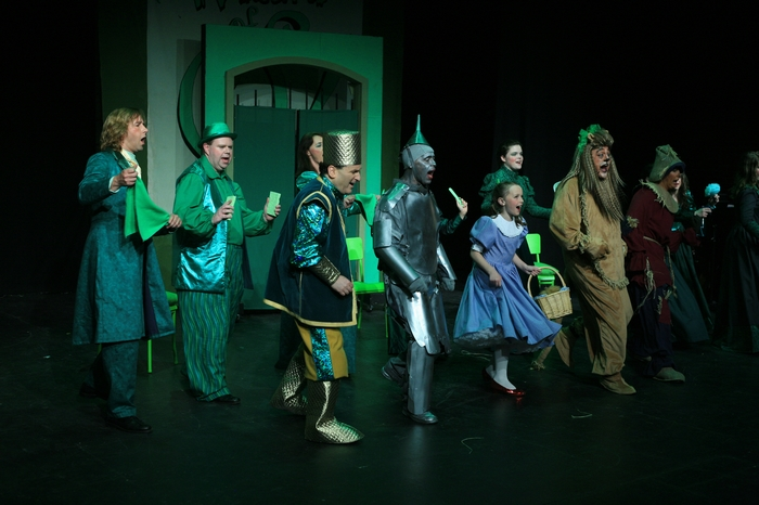 Heimen Van Essen, Cameron Gooderham, Gary Silberg, Mike Johnson, Natalie Mack, Carl Bishop and Heather Oystryk in Wizard of Oz