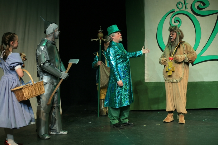 Natalie Mack, Sugar (Dog), Mike Johnson, Andrew Smith and Carl Bishop in Wizard of Oz